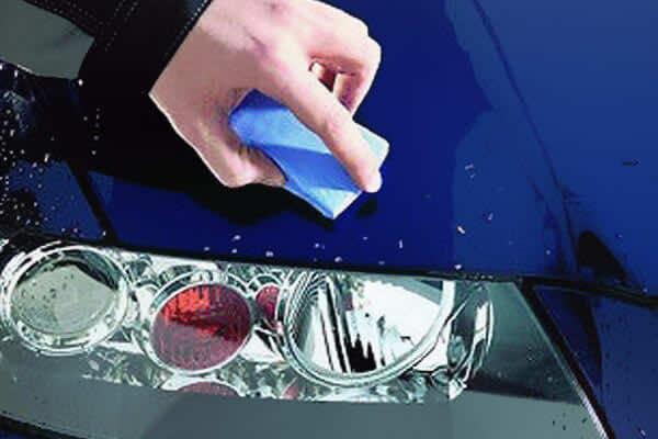 Bụi sơn bám trên kính ô tô