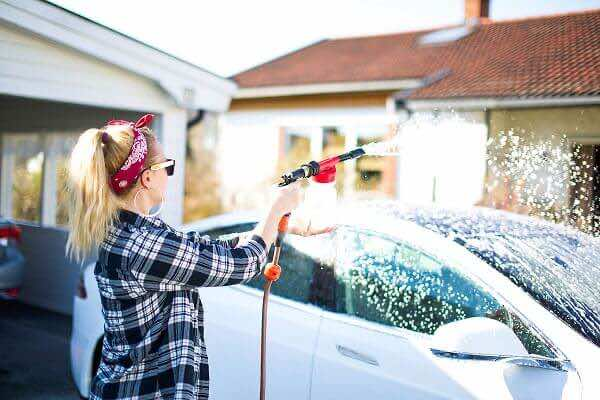 Cách tẩy bụi sơn trên kính ô tô đơn giản